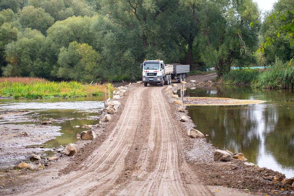 Am Zulauf der Großen Röder in den Stausee wurde dieser provisorische Damm aufgeschüttet, über den die Sedimente abtransportiert werden.
