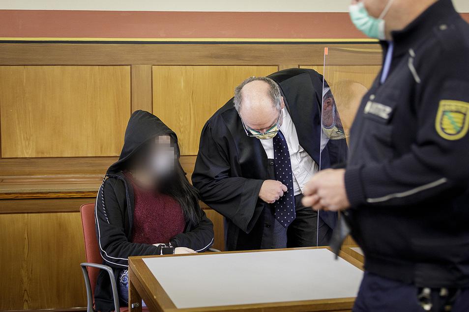 Die Angeklagte Jessica S. (links) berät sich mit ihrem Anwalt Matthias Ketzer zum Prozessbeginn am Landgericht Görlitz. Ihr wird Körperverletzung mit Todesfolge bei ihrem dreimonatigen Sohn vorgeworfen.
