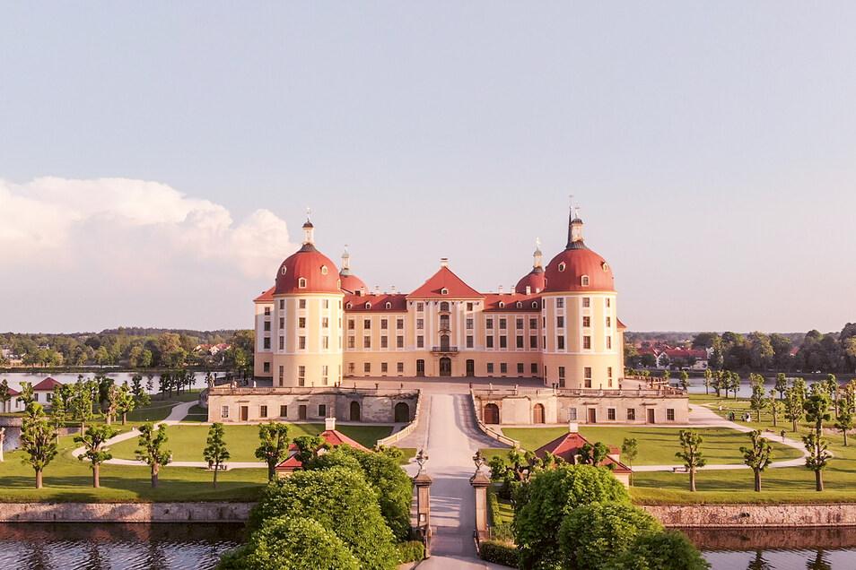 Hoffen auf den Wettergott: Die Nordterrasse von Schloss Moritzburg zum Zentrum des musikalischen Geschehens. Das Publikum freut sich auf Gastsolisten wie Pianistin Lise de la Salle (li.o.) und Cellist Andrei Ionita.