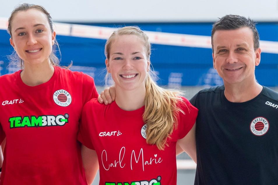 Sie wollen auch in der neuen Saison gemeinsam mit dem Dresdner SC erfolgreich sein: die Spielerinnen Madeleine Gates und Jenna Gray sowie Trainer Alexander Waibl, (v. l.).