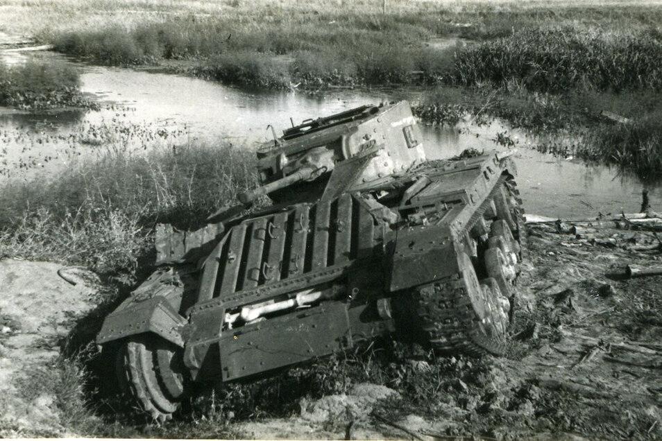 Der Rückzug führt durch die sumpfige Niederung des Dnjepr. Hier ein stecken gebliebener sowjetischer Panzer.