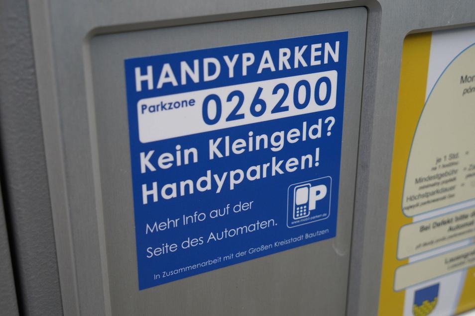 Auf den Automaten sind Nummern aufgedruckt; diese Parkzonen gilt es, in der App oder per SMS einzugeben.