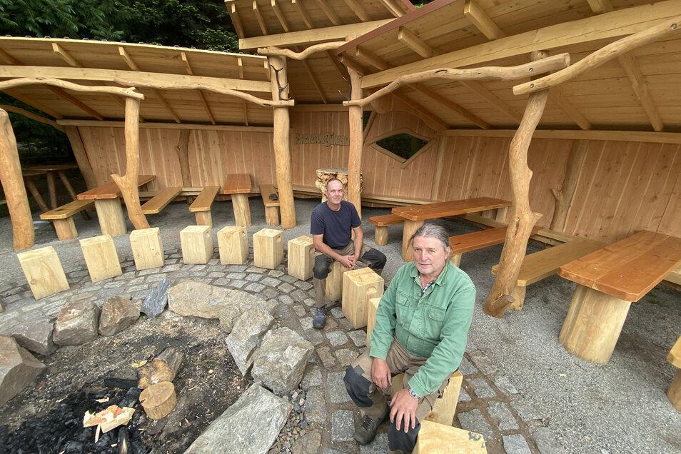 Volker Kunze (li.) und Roland ZImmermann haben das neue Forstcamp Bühlau aus Hölzern der Dresdner Heide gebaut.