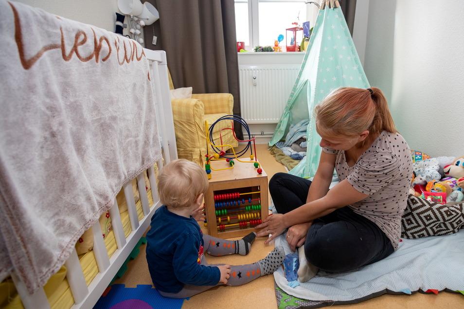 Madlen H. braucht noch viel Zeit, um ihren Sohn Henry immer so ausreichend umsorgen zu können wie hier beim Spielen. Sie bekommt Hilfe von den Betreuern in der Mutter-Vater-Kind-Einrichtung in Bannewitz.