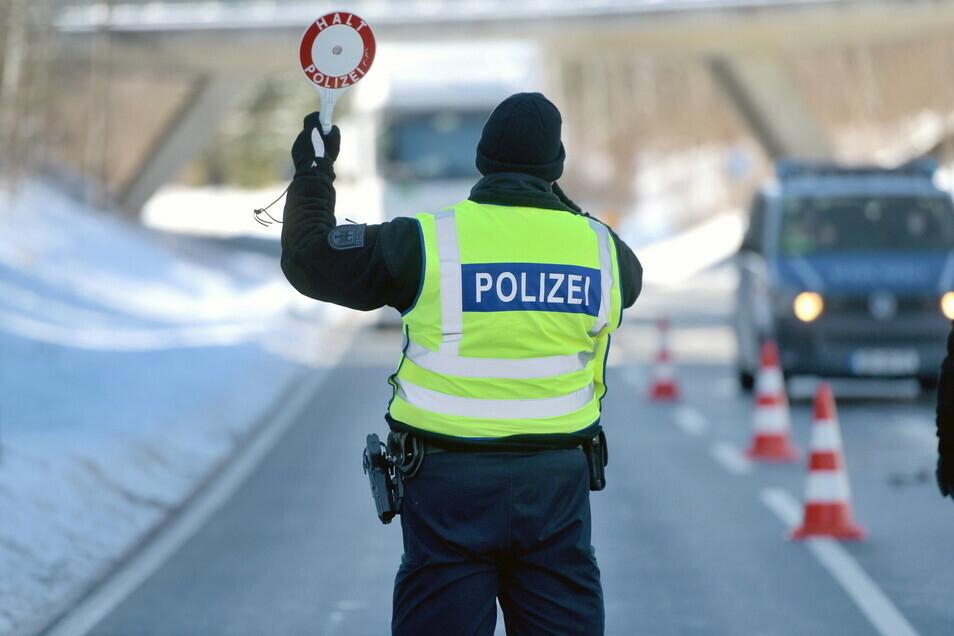 Bundespolizisten kontrollieren den aus Tschechien einreisenden Verkehr in Neugersdorf.