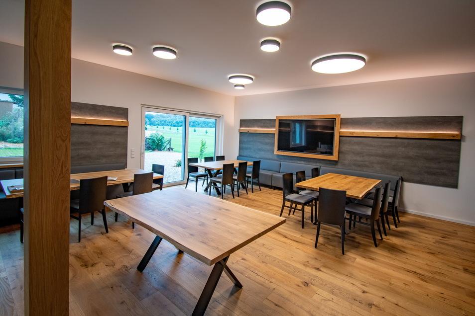 """In diesem großen, hellen Raum ist Platz für Schulungen, aber auch für die Beratung von Kunden. Später könnte es hier auch Kochevents geben. Denn Küchen bauen die """"Ein-Richter"""" in der benachbarten Werkstatt auch."""