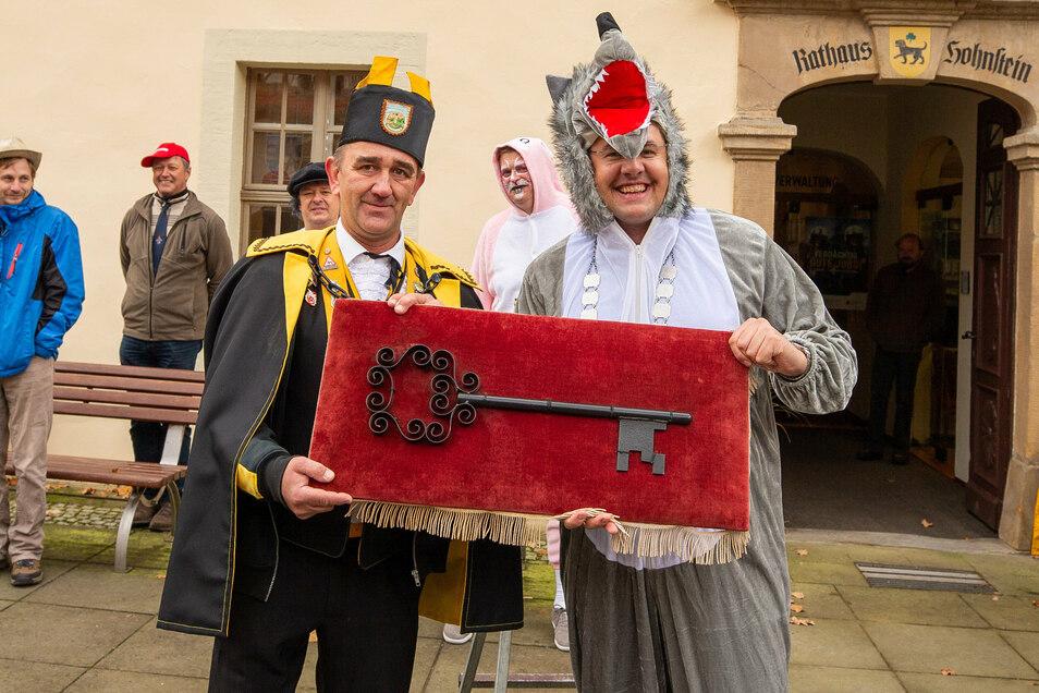 Welcher Bürgermeister würde sich wohl zum Karnevalsauftakt ein solches Kostüm überziehen? Für Daniel Brade ist auch das kein Problem. Im vergangenen Jahr sorgte er im Wolfskostüm für Überraschung. Nicht ohne Grund. Immerhin haben Wölfe wohl die kompletten