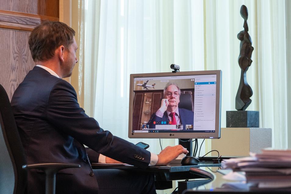 Michael Kretschmer (CDU, l.), Ministerpräsident von Sachsen, und Reiner Haseloff, Ministerpräsident Sachsen-Anhalts (CDU), wollen weitere Lockerungen in der Corona-Krise.