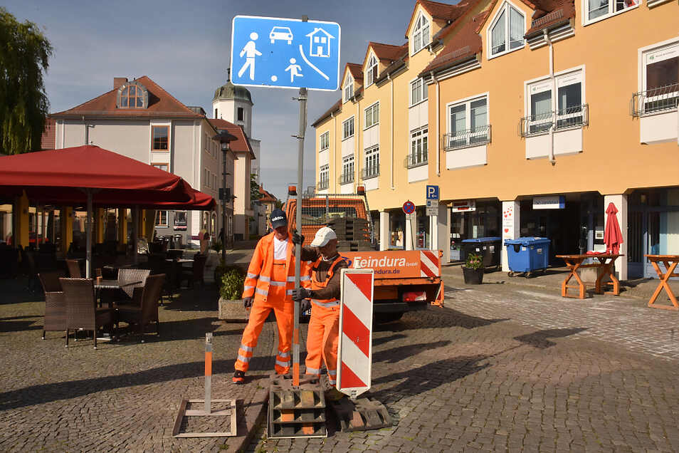 Donnerstagmorgen wurde die neuen Beschilderung für die Kirchstraße aufgestellt. Bis zum 22. August ist sie wieder verkehrsberuhigter Bereich und Einbahnstraße.