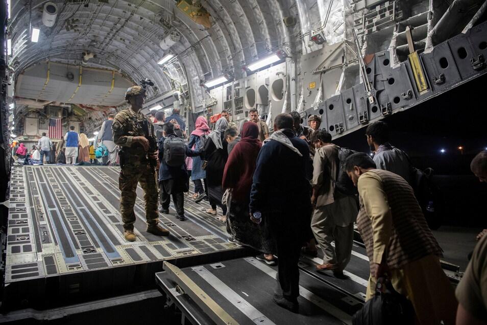 Afghanische Passagiere steigen in eine Maschine der U.S. Air Force.
