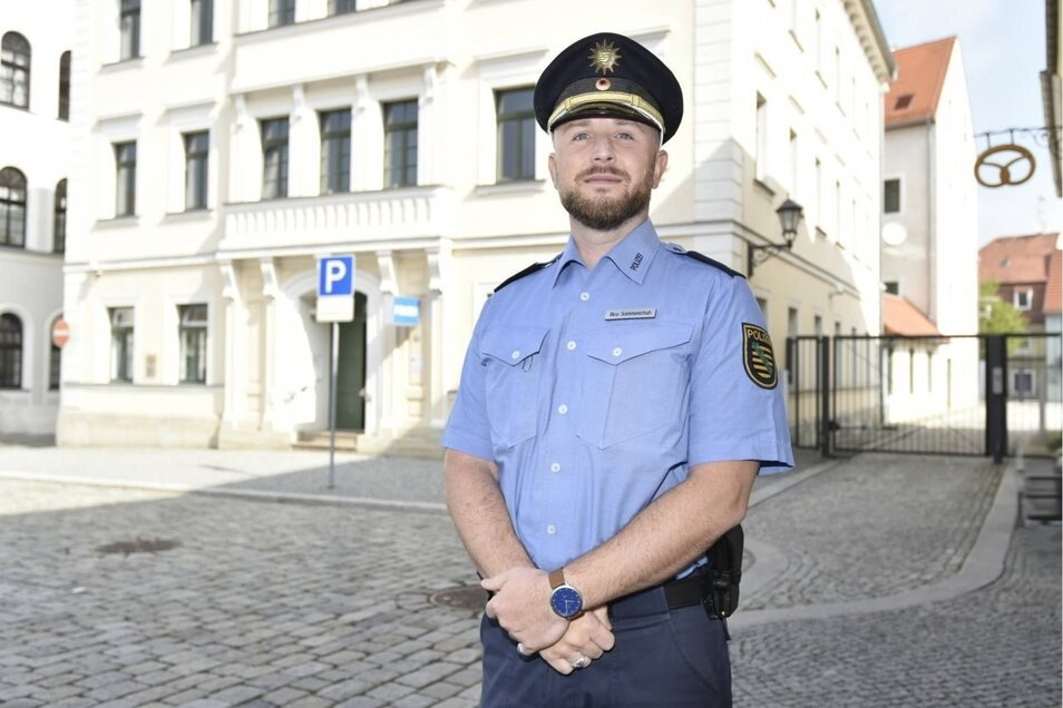 Rico Sommerschuh steht vor dem Gebäude am Dippser Markt. Die Polizeiführung ist hier nicht mehr ansässig, aber immer ein Wachhabender da.