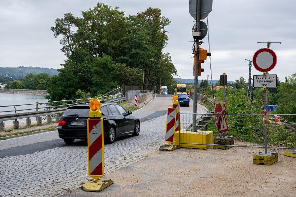 Die Bahnbrücke ist inzwischen fertig, jetzt wird an der B6 in Cossebaude weitergebaut.