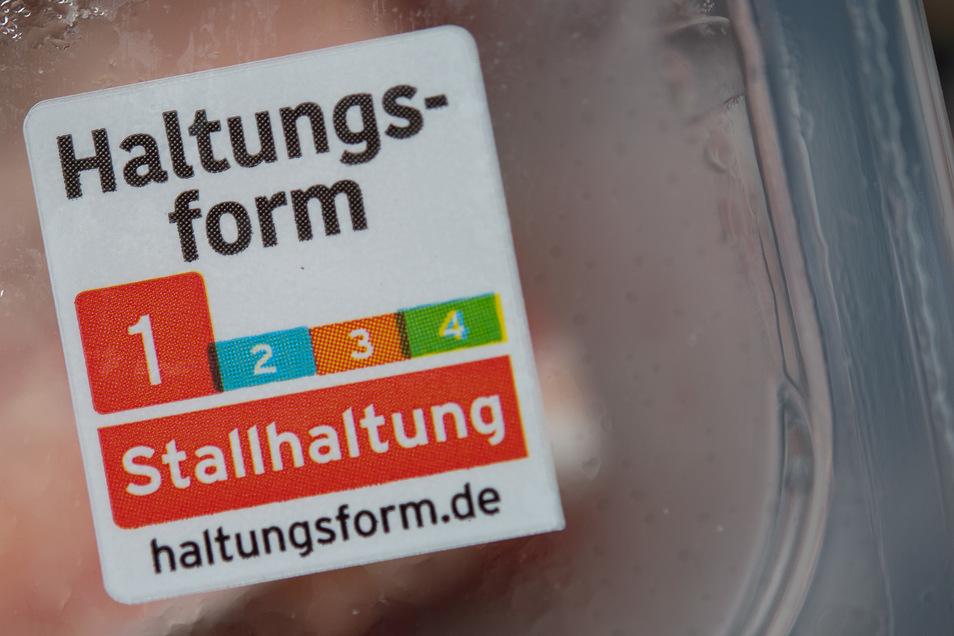 Ein Sticker auf der Fleischverpackung zeigt an, wie das Tier gehalten wurde. Auf das Kaufverhalten der Kunden hat das kaum Einfluss.