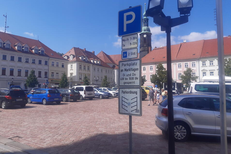 Zusätzlich wurde die öffentliche Beschilderung angepasst - hier am Hauptmarkt.