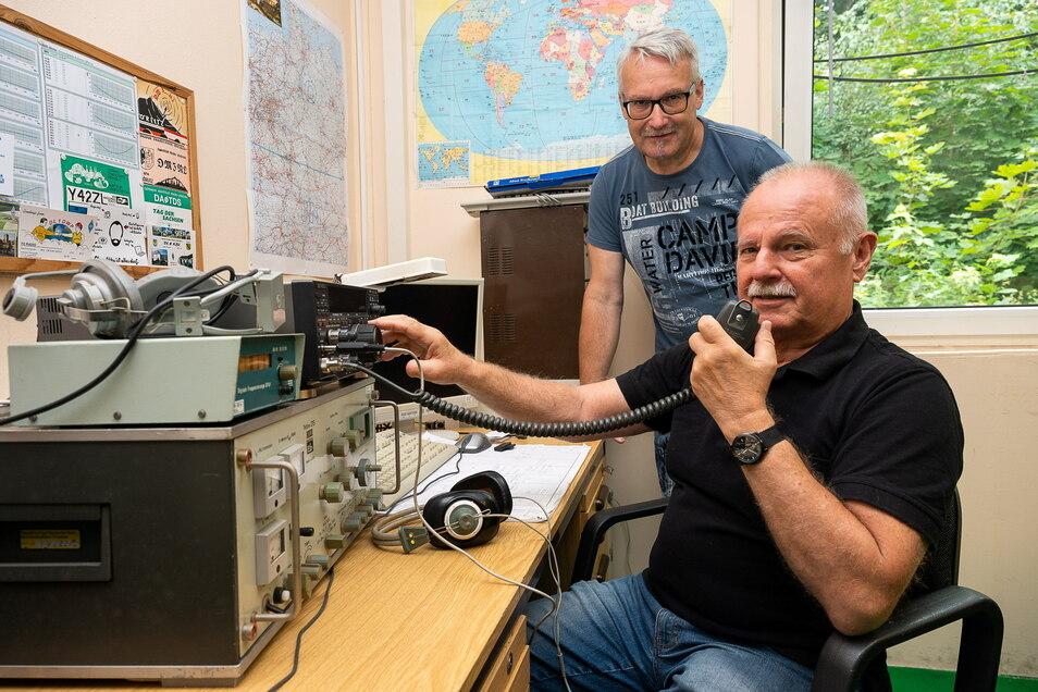 Steffen Reitinger und Wolfgang Siegmund in den Vereinsräumen am Görlitzer Flugplatz: Die Funkamateure senden auch dann noch, wenn längst das Handynetz zusammengebrochen ist.