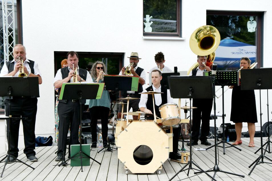 """Kummelbrass traten am Sonnabend an der Hoyerswerdaer KulturFabrik auf. Gefunden hatte sich das Blechbläser-Ensemble (""""Brass"""" bedeutet ja nichts anders als """"Blech"""") vor 23 Jahren bei Proben an/in der Hoyerswerdaer Kummelmühle – daher der Name."""