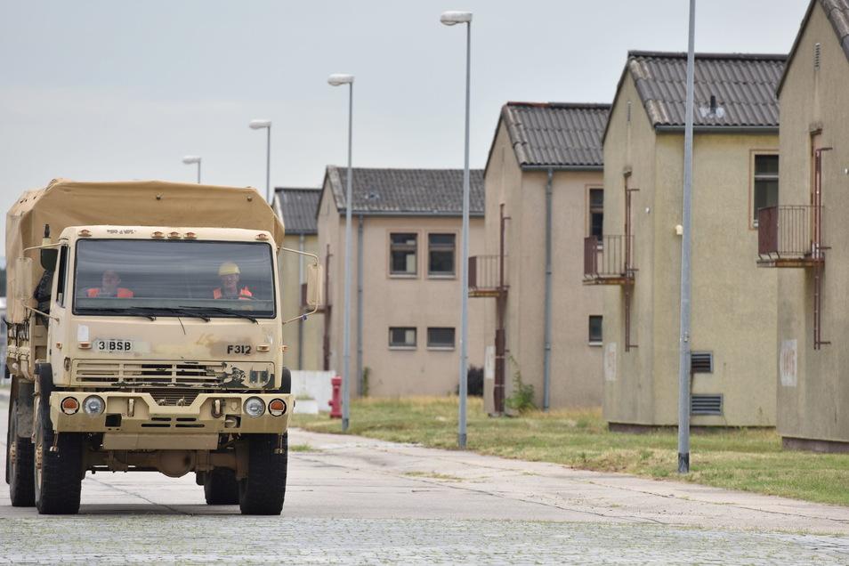 Ein Militärfahrzeug fährt auf dem Gelände der US-Kaserne Coleman Barracks an Gebäuden vorbei.