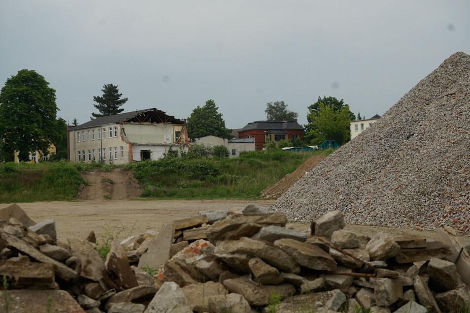 Eine Bauschutthalde mitten in der Stadt: So wie es aussieht, werden die Bischofswerdaer noch lange mit diesem Anblick, der sich auf dem Areal des ehemaligen Fortbildungswerkes bietet, leben müssen.