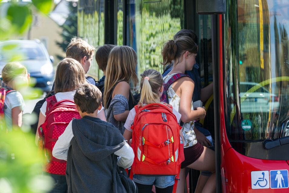 Schon in der Vergangenheit haben Eltern kritisiert, dass ihre Kinder in übervolle Schulbusse (wie hier vor vier Jahren in Moritzburg) einsteigen müssen. Jetzt wurde wieder ein Fall bekannt. Und das auch noch in Corona-Zeiten.