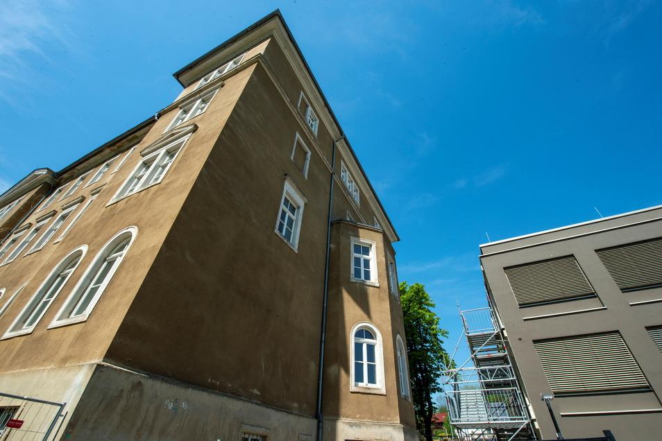 Der graue Neubau mit Fachkabinetten ging vor rund einem Jahr in Betrieb. Nun wird der Altbau des Luisenstifts saniert. Eine Konstruktion aus Stahl und Glas wird beide Häuser verbinden.