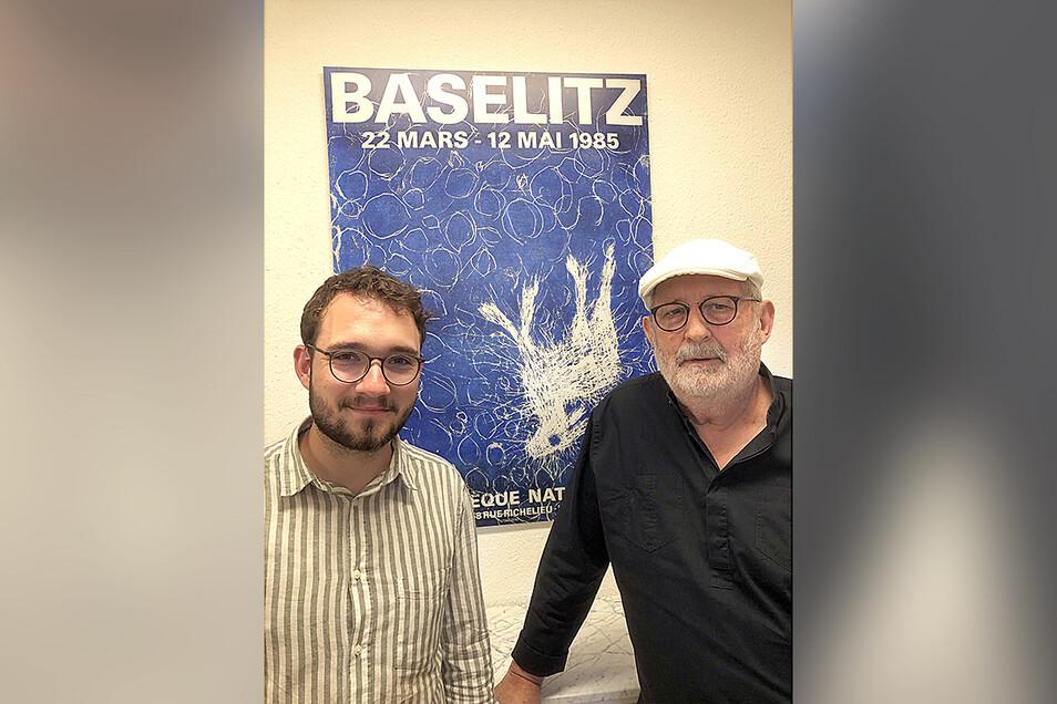 Günter Kern (r.) und Autor Lukas Rietzschel vor dem Plakat für eine Baselitz-Ausstellung 1985 in Paris.