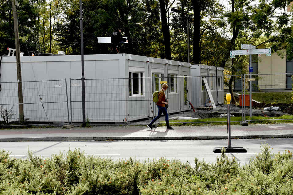 Für die Schüler des Humboldt-Gymnasiums Radeberg wurden mehrere Container aufgestellt. Nach den Herbstferien sollen sie nutzbar sein.