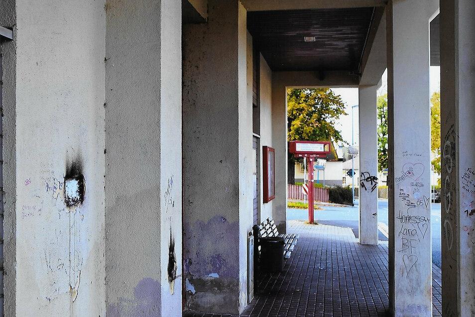 Trostlos sieht der Busbahnhof aus, wie das Foto vom Unterstand zeigt.