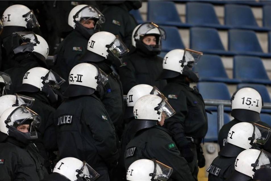 Polizisten stehen während des Spiels auf der Tribüne. Vor dem Spiel hatte es massive Ausschreitungen Dresdener Fans in der Stadt gegeben.