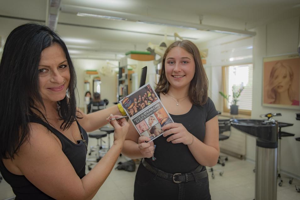 """Friseurin Mandy Androwsky (l.) und Azubine Anastasia Hennig freuen sich auf die außergewöhnliche Kampagne ihres Arbeitgebers """"Foerder beauty hair"""" in Zusammenarbeit mit dem Verein Kamenz can Dance. Die Styling-Card geht am Sonntag an den Start."""