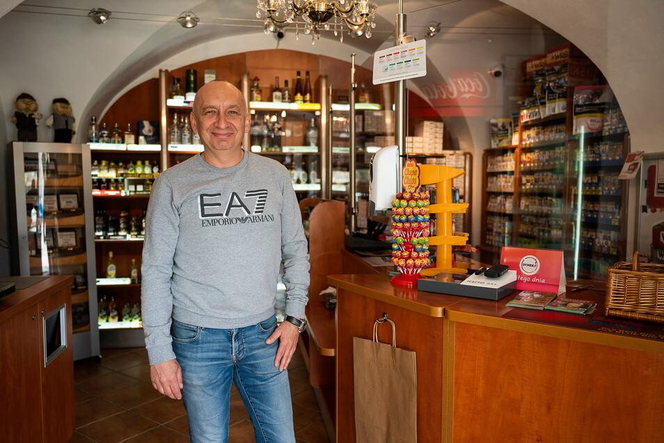 Leslaw Pilny in seinem kleinen Geschäft unterhalb des Postplatzes gegenüber der Altstadtbrücke in Zgorzelec: Er verkauft vor allem Zigaretten.