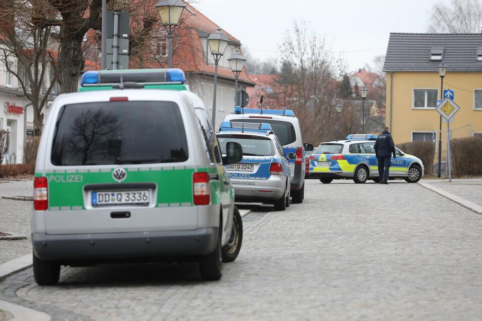 Ein Großaufgebot an Polizei rückte Anfang März dieses Jahres am Großröhrsdorfer Rathaus an.