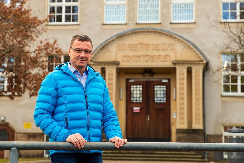 Wilsdruffs Bürgermeister Ralf Rother (CDU) steht vor der Oberschule Wilsdruff. Diese muss einen Anbau bekommen. Die Stadt bemüht sich um eine Förderung.