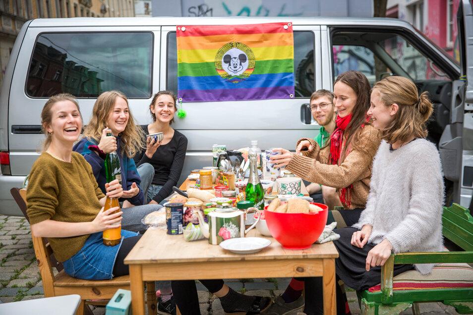 Fröhliche Nachbarschaftsrunde beim Freiluftfrühstück auf der Sebnitzer Straße. Im Ganzen Viertel haben am Sonntag Anwohner ihre Tische auf die Straßen gestellt.
