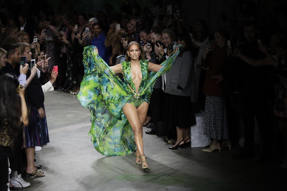 Die Schauspielerin und Tänzerin Jennifer Lopez in einem alten bzw wieder neuem Kleid.