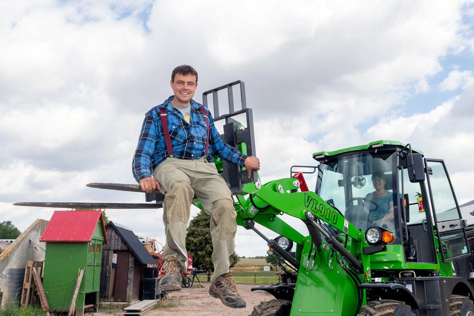Landwirt Pierre Zocher aus Großharthau freut sich über seinen neuen Hoflader. Der alte wurde bei einem Brand zerstört.