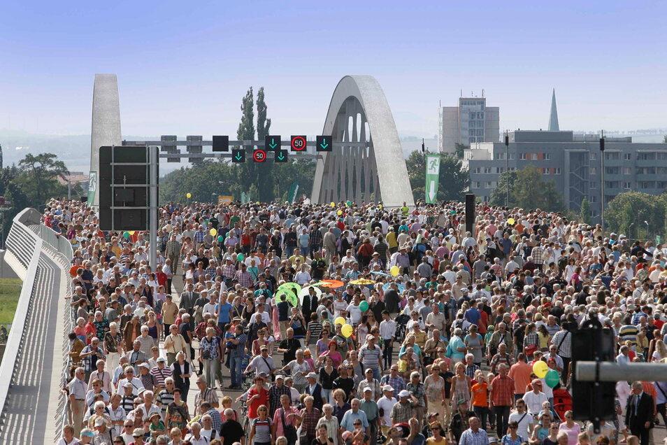 Über diese Brücke musst du gehen, dachten sich die Massen am 24. und 25. August 2013. Am Eröffnungswochenende kamen rund 190.000 Menschen, um die Waldschlößchenbrücke zu testen. Fast sechs Jahre lang war daran gebaut worden.