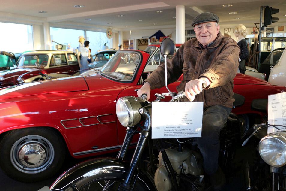 """Museumsführer Rainer Schmatloch in der Calauer """"Mobilen Welt des Ostens"""" mit seiner BK 350 aus dem Motorradwerk Zschopau (MZ). Dahinter, in Ferrari-Rot, der wohl schönste Wagen, der in der DDR je gebaut worden ist: das Wartburg-Sport-Coupe 313/1; no"""
