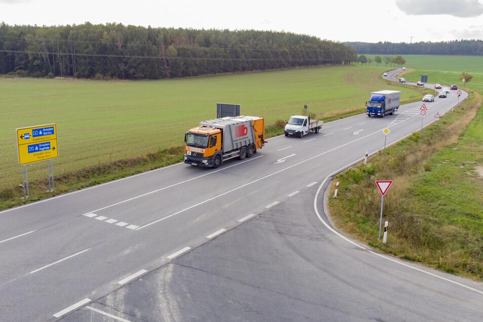 Vom Abzweig Großerkmannsdorf (vorn) wird die neue Schnellstraße S177 in gerader Richtung weiter geführt. Die jetzige Strecke soll zum Landwirtschaftsweg herabgestuft werden.