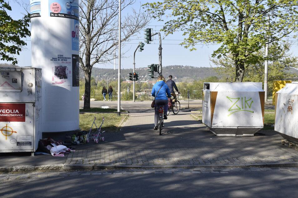 Der Weg führt von der Haltestelle und vom Kiessee Leuben direkt in das Wohngebiet und wird von sehr vielen Radfahrern und Fußgängern genutzt. Sicher ist er allerdings nicht.