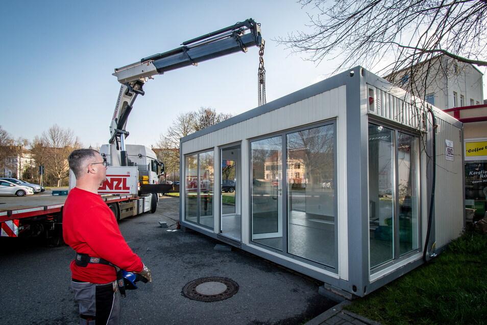 Am Mittwoch wurde auf dem Parkplatz an der Ritterstraße der Containerbau der Teststation aufgestellt.