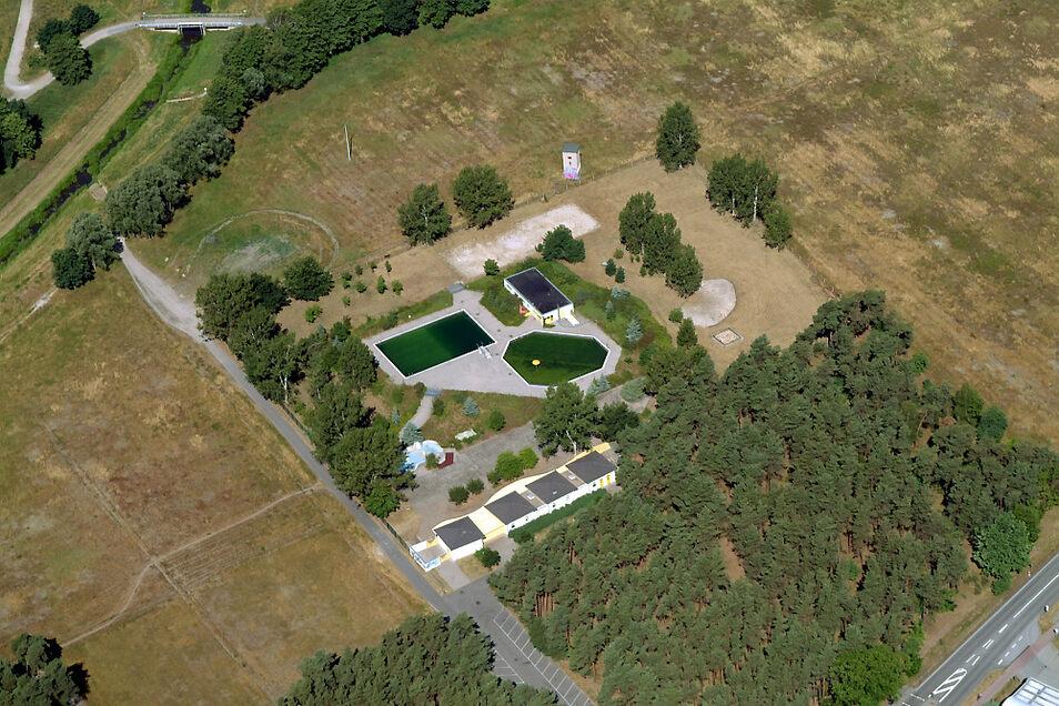 Ein Foto aus dem Jahr 2006, nachdem die Stadt Hoyerswerda Millionen ins Waldbad investiert hatte. Zu sehen sind das Schwimm-Becken (li. oben), das Plansch-Becken (re.), der Wasserspielplatz (li. unten) und das Technik-Gebäude (re. oben).