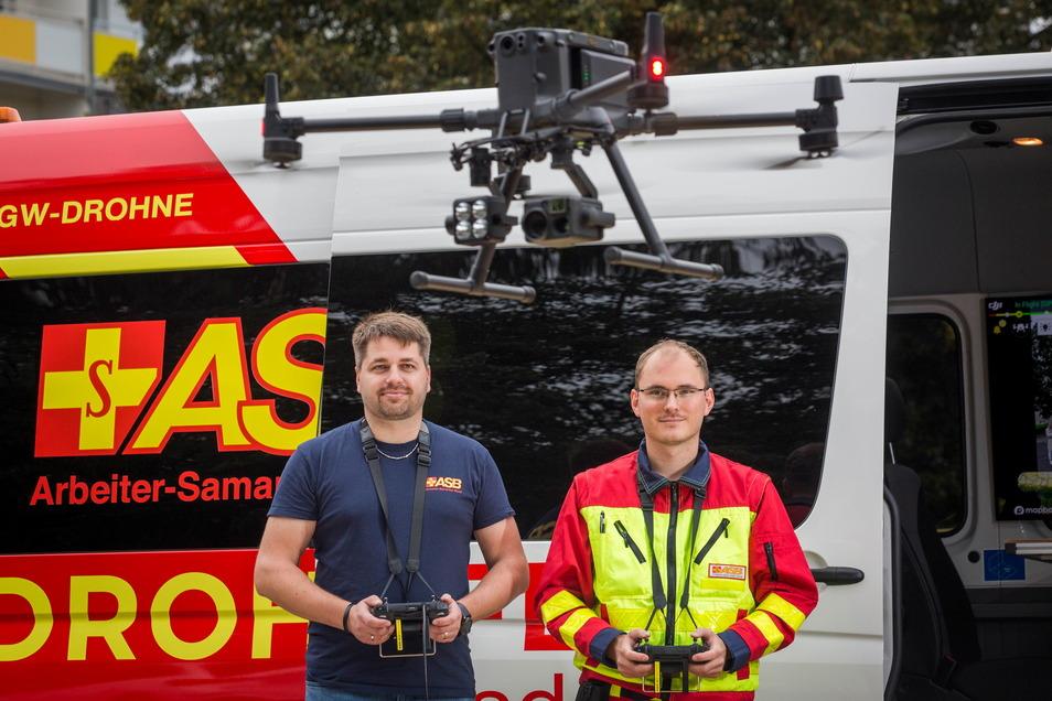 Ralf Rehwagen (l.) freut sich über jeden engagierten Freiwilligen. Beim ASB koordiniert er die Ehrenamtler und hat mit Jeffrey Hänsel einen ebenso leidenschaftlichen wie kompetenten Drohnenstaffelführer gefunden.