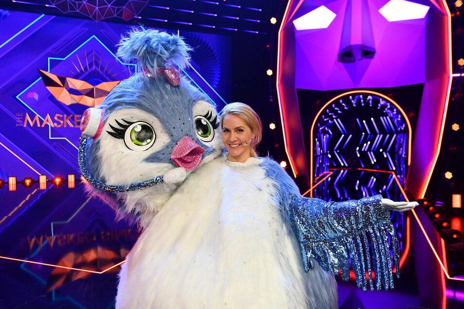 """Moderatorin Judith Rakers mit ihrer Küken-Maske bei der ProSieben-Show """"The Masked Singer"""""""