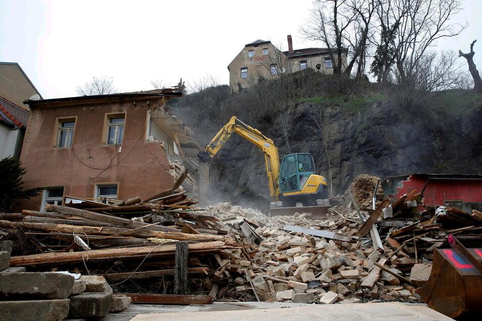 Bereits im März erfolgte der Abriss eines einsturzgefährdeten Hauses im Kamenzer Herrental durch das Landratsamt. Seitdem liegt dort ein Schutthaufen.
