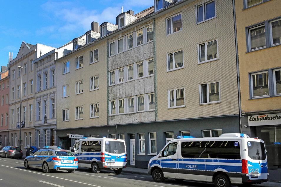 30.06.2020, Nordrhein-Westfalen, Aachen: Polizeifahrzeuge stehen bei einer Durchsuchung im Zusammenhang mit einem Missbrauchskomplex vor Häusern in Aachen.