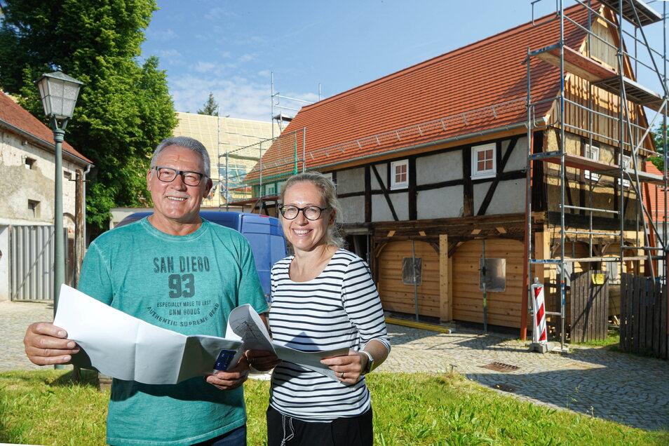 Bauherrin Steffi Prauser und ihr Vater Hans-Christian Bartke vor ihrem Umgebindehaus im Neschwitzer Ortszentrum, das gerade saniert wird. Es birgt so manche Überraschung.
