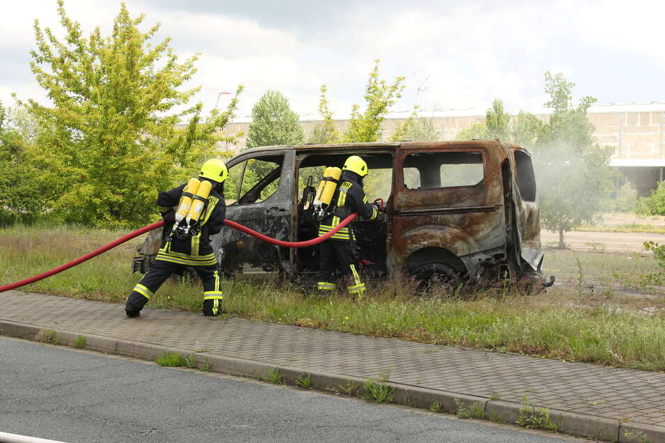 Das Auto ist nicht mehr zu retten: Für die Großübung der Zeithainer Feuerwehr stellte das Autohaus Wagner mehrere Unfallfahrzeuge zur Verfügung.