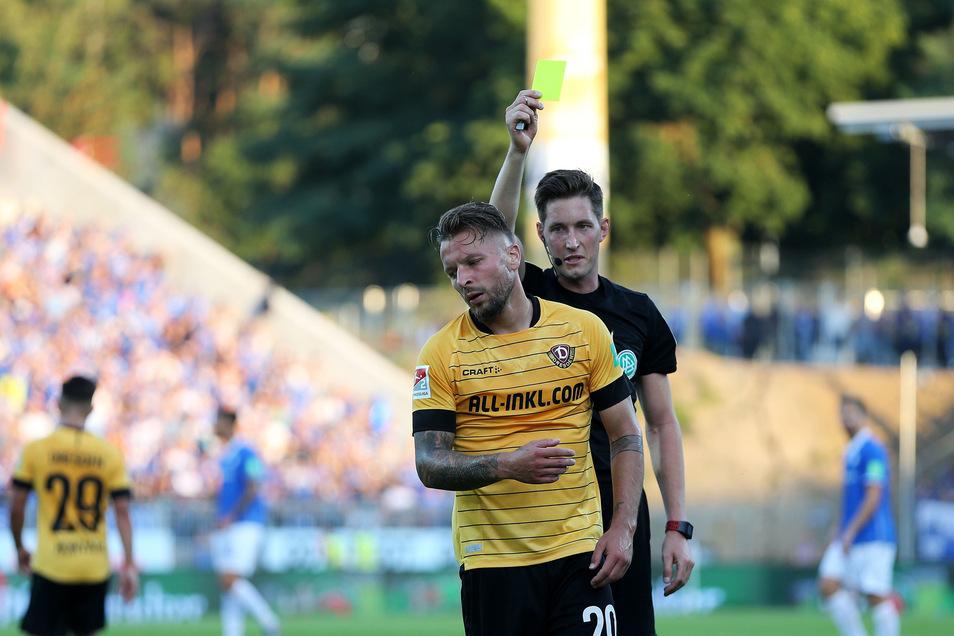 Die zweite von inzwischen zehn Gelben: Patrick Ebert wird beim 0:0 in Darmstadt von Schiedsrichter Matthias Jöllenbeck verwarnt.