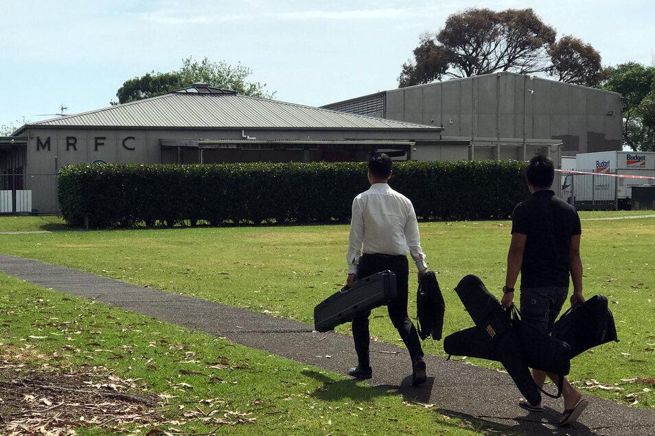 Zwei Männer bringen ihre Waffen ins Vereinsheim des Rugby-Clubs. Hier kauft die Polizei noch bis zum 20. Dezember verbotene Waffen zurück.