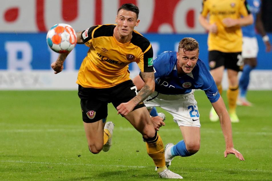 Dynamos Panagiotis Vlachodimos (l.) - hier im Zweikampf mit dem Rostocker Thomas Meißner - bringt neuen Schwung und erzielt das Tor zum 2:1..